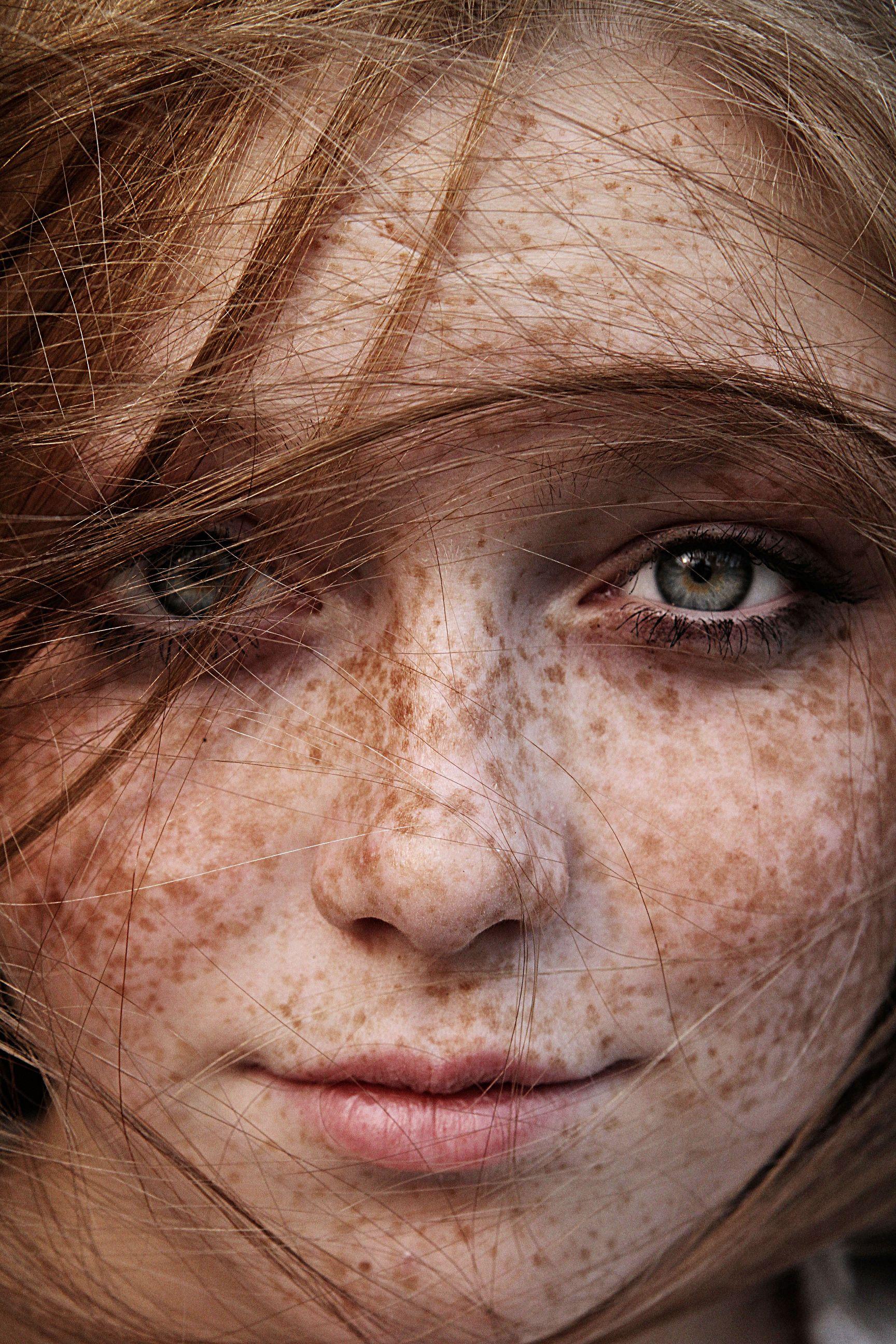 Crema da pigmentazione su una faccia di una fotografia